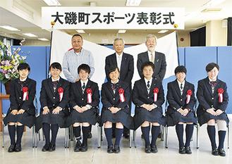表彰を受けた星槎国際高校湘南女子サッカー部の部員(前列)。後列左から佐藤さん(代理人)、関議長、中崎町長