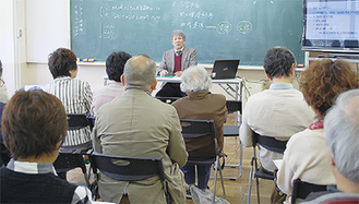 教育長の説明を聞く参加者