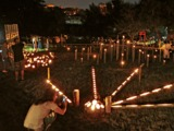 水辺に竹灯篭3千本