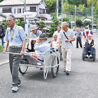 リヤカーを使った要支援者の搬送や車椅子での避難を訓練する参加者