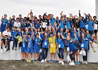 8カ国の選手がサッカーを通じて交流した =5月26日・大磯北浜海岸