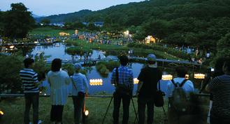 竹灯篭が灯された厳島湿生公園=中井町井ノ口