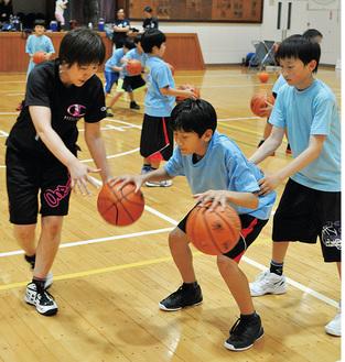 元日本代表・岩屋さん(左)指導のミニバス教室も行われた