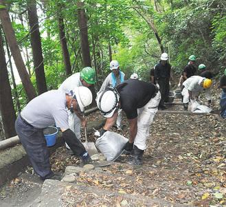 吾妻山公園の園路を補修する協力会の会員