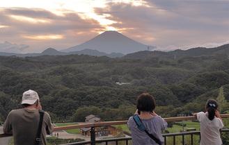 雲が多く、完璧なダイヤモンド富士にはならなかった=中井中央公園の展望広場から(9月9日)