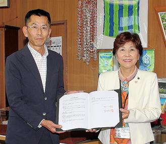 村田町長と内海理事長(左)(町提供)