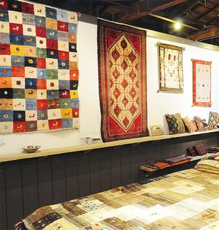 異国の雰囲気が漂う鮮やかな手織り物が並ぶ