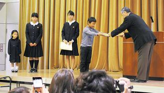 杉山町長から賞状を受け取る入賞者