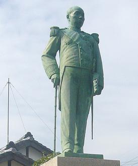 記念館前の大隈重信像