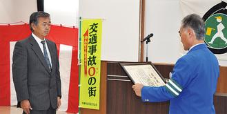 県知事表彰の伝達を受ける高橋さん(左)