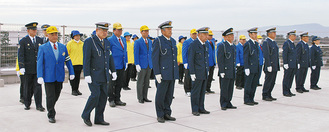 交通安全出陣式で服装点検を受ける参加者