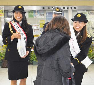 一日警察署長を務める今井さん(左)と林さん(右)