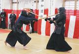 剣道の試合で攻め合う署員=大磯警察署道場