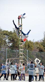 はしご乗りの演技を披露するとび職人