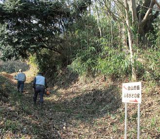 湘南二宮・ふるさと炭焼き会が再生に取り組む、二宮町一色の西谷戸雑木林の入口=同会提供
