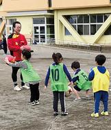 幼児らがサッカー体験