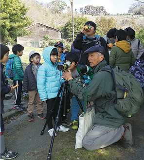 鳥を観察する子どもたちと一寸木さん=同会提供