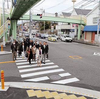 中里四ツ谷交差点に設置された横断歩道