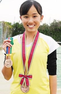 2枚の銅メダルを手にする大川さん