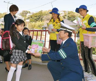 新入学児に交通安全の啓発物を配布