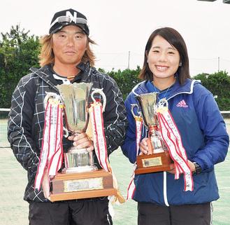 トロフィーを手にする横山洋一さん(左)と熊倉愛未さん