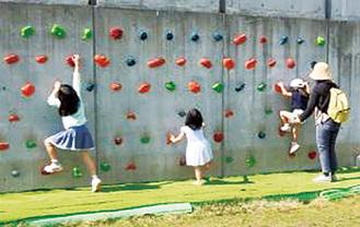 ボルダリングに挑戦する子ども