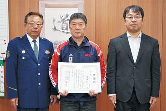 (左から)川口署長、後藤さん、齋藤所長