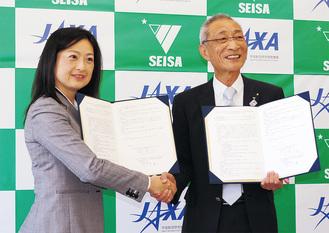 協定書を交わした宮澤会長(右)と佐々木センター長