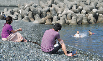 照ヶ崎海岸で水遊びを楽しむ親子