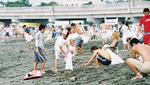 サーファーを中心に幅広い年齢層が清掃活動に参加