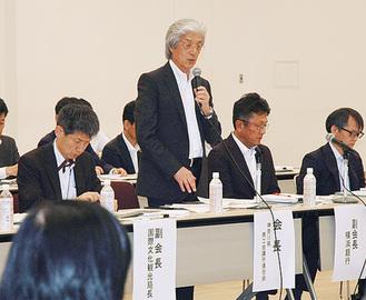 挨拶する上野会長