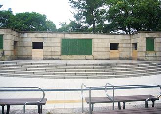 鶴舞公園にある普選記念壇