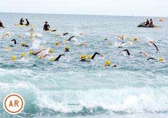 ▲波をかき分けて泳ぐ参加者