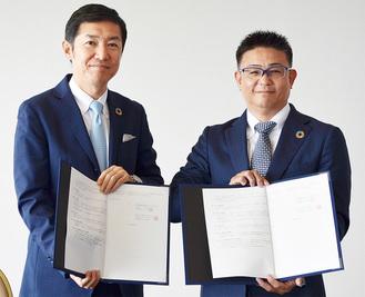 調印書を交わす井上統括総支配人(左)と田川社長