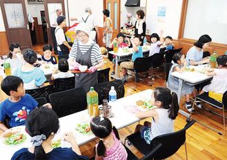 「ハレルヤキッチン」で食事を楽しむ参加者=二宮山西キリスト教会