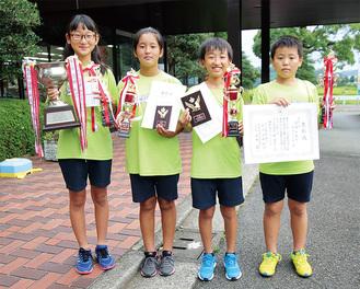 左から団体優勝した「ききょうチーム」の宮本さん、梅橋さん、石渡さん、井上さん(中井町提供・下写真も)