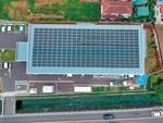 福祉施設の屋根に設置された太陽光パネル(グリーンエネルギー湘南提供)