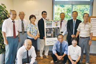 竣工を祝う河野大臣と村田町長、グリーンエネルギー湘南のメンバー
