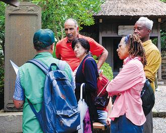 鴫立庵でガイドの説明を聞く外国人のツアー客
