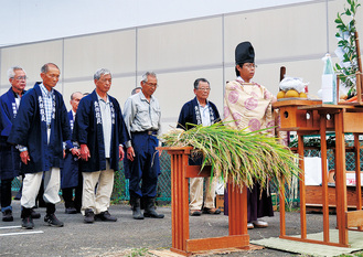 収穫を感謝する抜穂祭の参列者