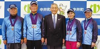 左から金子さん、加藤国重さん、杉山町長、坂井さん、加藤富美子さん