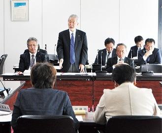 委員会で答弁する中崎町長