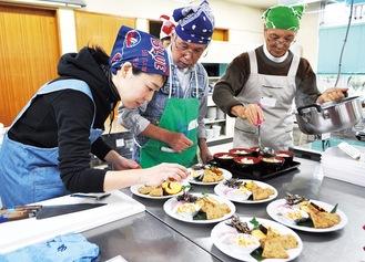 おせち料理や雑煮を盛り付ける教室の参加者=大磯町保健センター