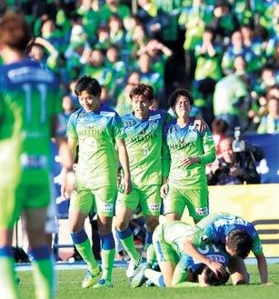 試合終了後、J1残留を喜ぶ選手ら