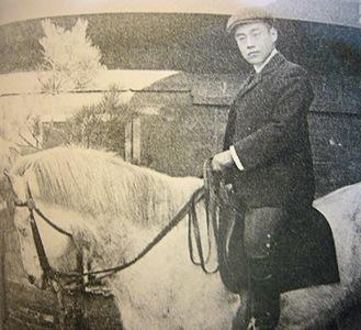 白馬にまたがる吉田茂