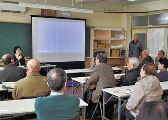 参加者の質問に答える阪上さん(左奥)