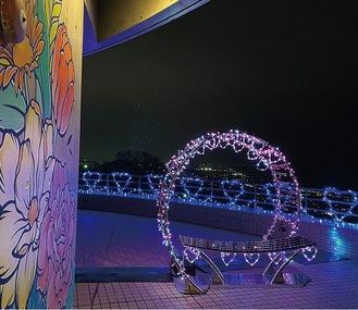 バレンタインイルミネーションが施された「ainowa」と周辺 (平塚市提供)