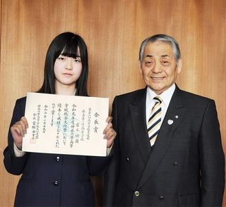 賞状を手にする岩本さん(左)と杉山町長