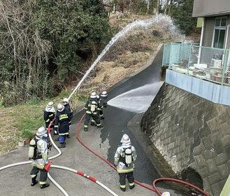 放水訓練をする消防団員と消防隊員