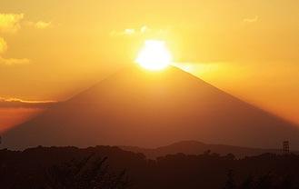 山頂にきらめくダイヤモンド富士(大磯町提供)